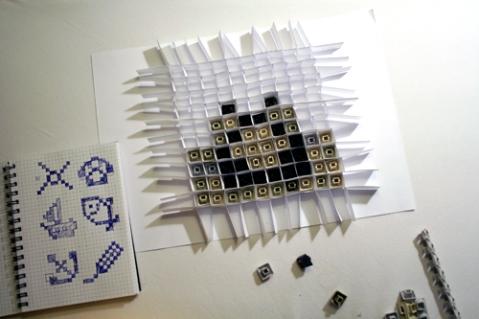 Ein Papier-Raster ermöglicht Testläufe für die 10x10 Pixel-Grafik