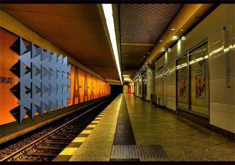 temporäres Graffiti - reagiert auf Bewegung und Verweilen auf dem Bahnsteig